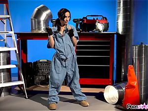 slit groping mechanic Tia Cyrus