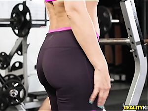 curvaceous mummy Rachel Starr gets pulverized in the gym