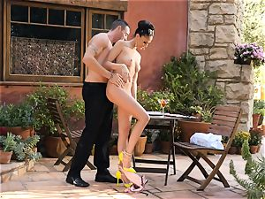 Ariana Marie strokes a waiters manmeat in the fine outdoors